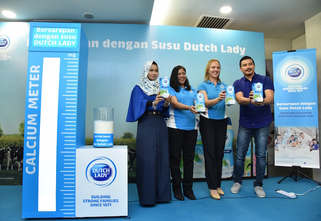 Diyana Halik, ambassador of Dutch Lady PureFarm, Ms. Jo-Anne Jayasiri, Marketing Manager of Dutch Lady Milk Industries Berhad, Ms. Anja Henze, Marketing Director of Dutch Lady Milk Industries Berhad, Aaron Aziz, ambassador of Dutch Lady PureFarm at the media launch of Dutch Lady PureFarm Milk Mornings campaign