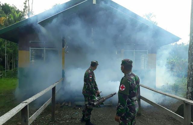 Cegah Wabah Malaria, Satgas Pamtas Lakukan Fogging di Kampung Kibay