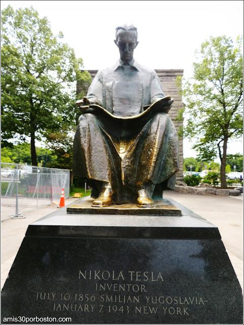 Estatua de Nikola Tesla en Goat Island, Niágara Falls