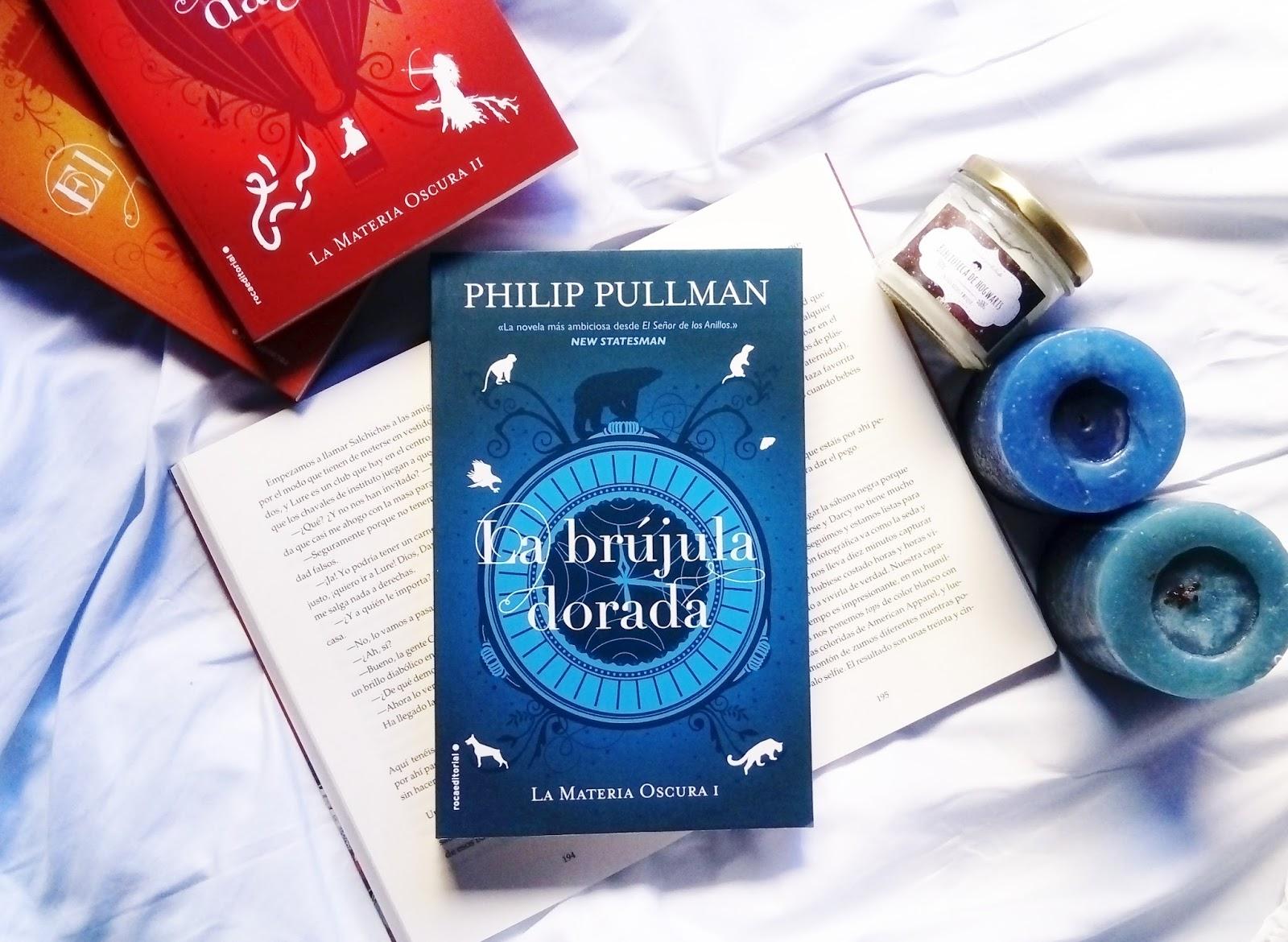 """""""Lyra Belacqua y su daimonion llevan una vida un tanto salvaje y  despreocupada entre los alumnos del Jordan College de Oxford. El destino  que la aguarda la ..."""