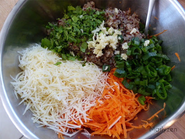 Mélangez le quinoa, les carottes râpées, les rondelles d'oignon vert, la coriandre, l'ail pressé et le gruyère râpé.