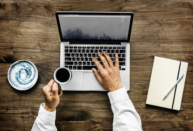 """Website dalam berbentuk blog mungkin ini merupakan salah satu yang paling banyak jumlahnya. Alasannya yaitu platformnya banyak dan gampang dipakai misalnya WordPress, Blogspot, atau Tumblr. Kemudian, blog mampu jadi wadah untuk menuangkan banyak ide dalam berbagai bentuk sekalipun.   Saya sendiri hingga saat ini sudah membuat banyak website dalam bentuk blog, termasuk Bloggermyid ini. Ada beberapa di antaranya sukses, dan lainnya gagal.     Maka dari pengalaman hal tersebut, saya membuat suatu hal atau aturan yang selalu saya ikuti bila ingin sukses membuat website dalam bentuk blog.   Perencanaan awal yang matang  Mungkin kalimat ini yang pas, """"if you fail to plan, you're planning to fail"""",artinya gagal membuat planning berarti merencanakan kegagalan, kira-kira seperti itulah artinya yang dikatakan oleh Benjamin Franklin.   Plenning awal sangatlah penting, saat website atau blog sudah diluncurkan ke khalayak umum, maka tidak ada lagi waktu untuk merubah atau melakukan setting ulang. Jika perencanaan paling dasarnya kurang bagus, website atau blog tersebut bakal jadi tidak jelas dan kita sebagai penulis atau Adminnya pun ogah-ogahan.   Berikut hal-hal yang harus dan wajib direncanakan sebelum membuat website atau blog:   1. Topik, Hal ini harus meliputi seperti : Apa topiknya? Apakah topik ini menarik untuk anda? Apakah anda hebat dalam topik ini? Jika tidak, Terus bagaimana pembuatan konten untuk mengisinya nanti?  2. Calon pembaca harus diidentifikasi. Siapa saja yang akan tertarik dengan topik tersebut? Laki-laki atau wanita? orang dewasa ataukah anak muda? Silahkan disesuaikan saja isi dari blog dengan identitas pembaca tersebut.  3. Pemilihan nama domain. Mengenai dengan nama domain, perhatikan 3 jenis nama untuk domain: Brandable, EMD (Exact Match Domain), atau PMD (Partial Match Domain). Domain yang brandable paling cantik untuk membuat kesan baik di mata pembaca.  4. Platform. Pilihan Platform blog sangat bisa diganti walaupun sudah berjalan, tetapi mendinga"""