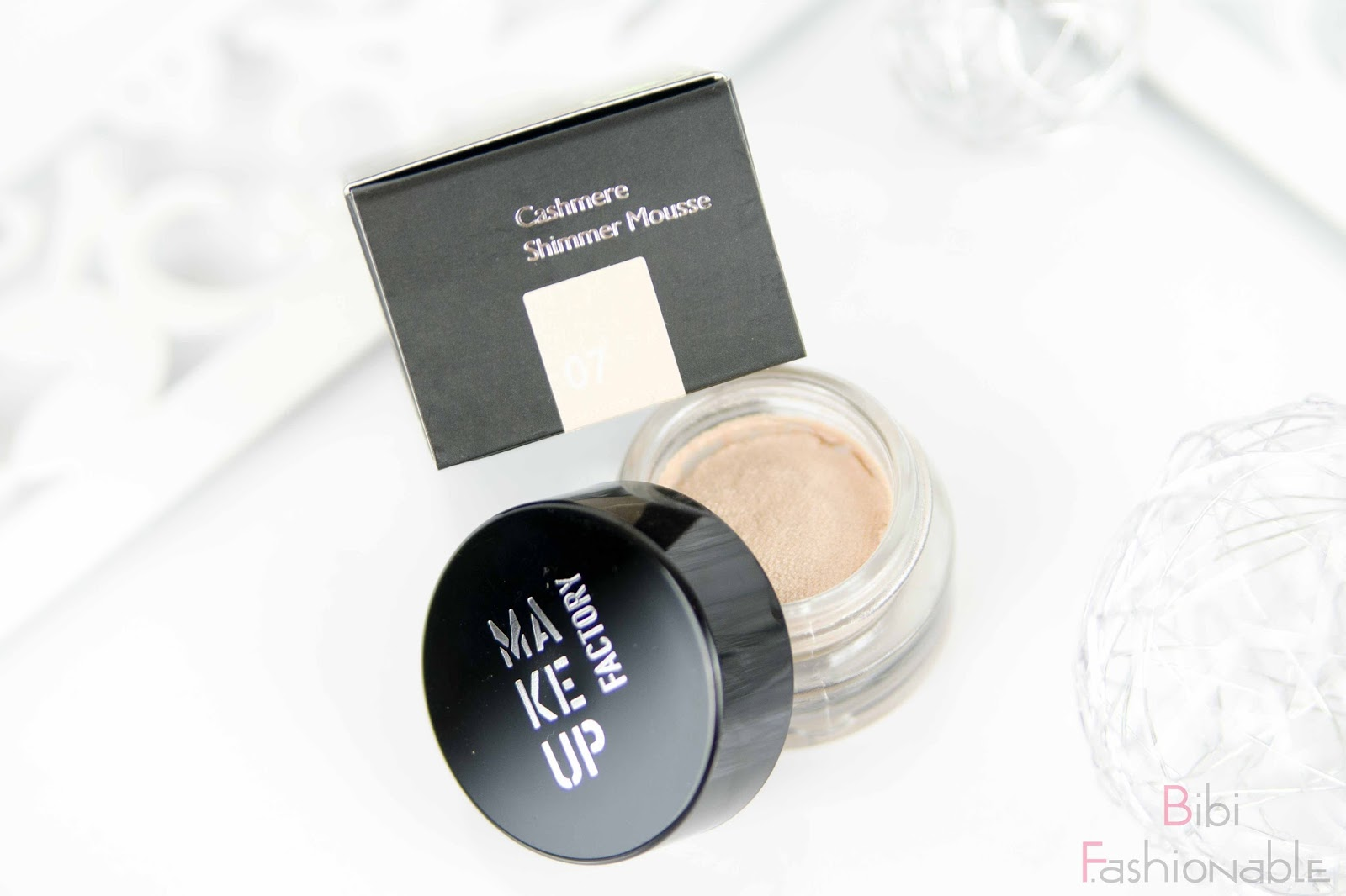 Make Up Factory Dark Elegance of a Swan Cashmere Shimmer Mousse