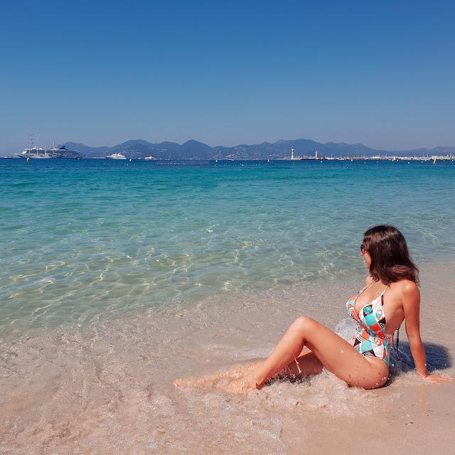 Cannes, Costa Azzurra. Mare e costume Aruba. Alessia Siena