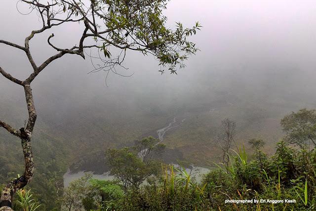 Kabut tipis di atas kawah Gunung Galunggung.
