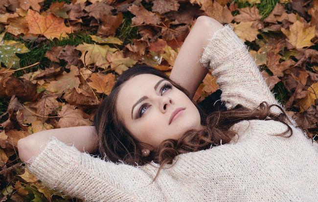 Donna con sintomi di sindrome premestruale