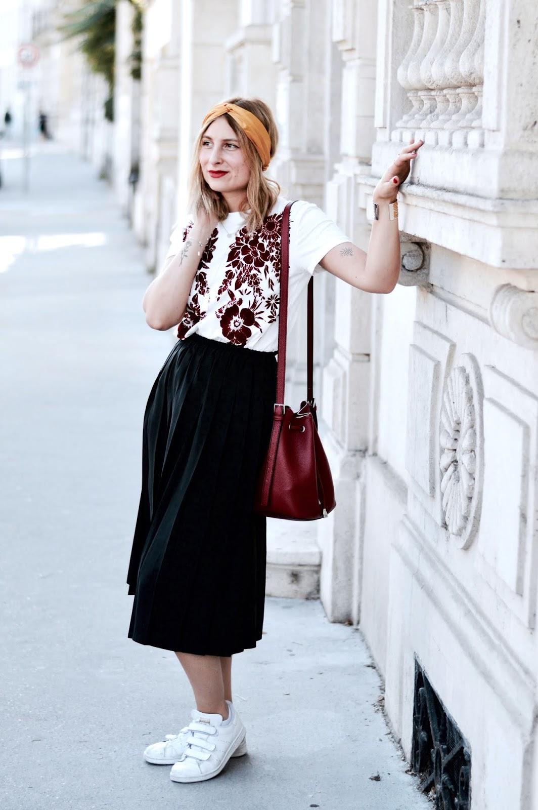 look été indien : teeshirt motif fleurs rouge velours et jupe midi headband
