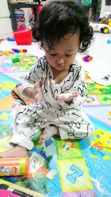gambar bayi pegang bedak OKBB botol oren