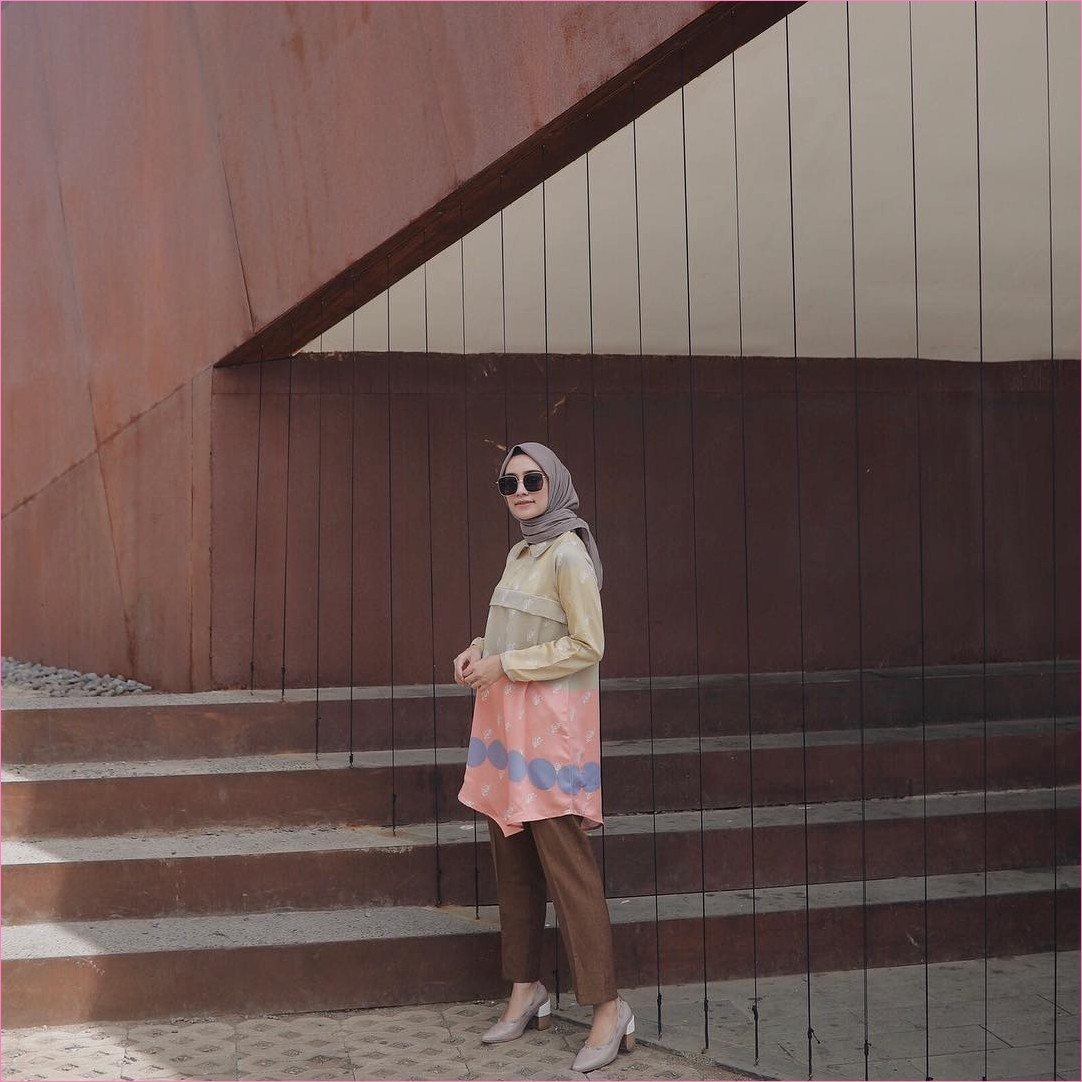 Outfit Kerudung Segiempat Ala Selebgram 2018 kerudung segiempat hijab square polos abu tua baju tunic bermotif kuning pink celana bahan cullotes coklat tua wedges high heels krem tua kacamata hitam tangga kayu coklat batu