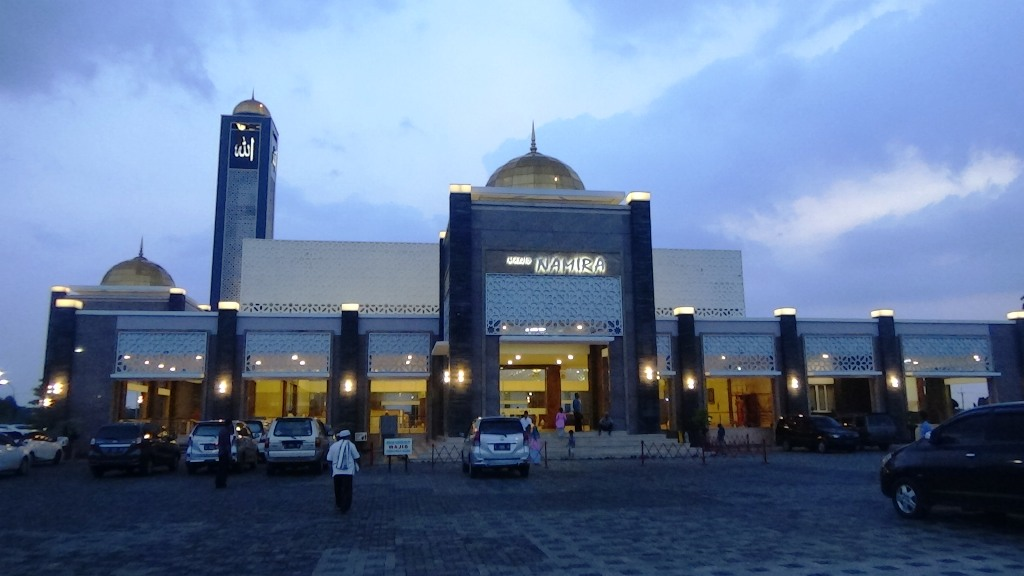 Wisata Lamongan Berada Di Tengah Tengah Sawah Kemegahan Masjid