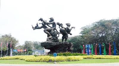 Patung Keluarga Bahagia Bunderan pertama Citra Indah City (persis Depan Kantor Pemasaran)