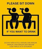 minum air sambil duduk