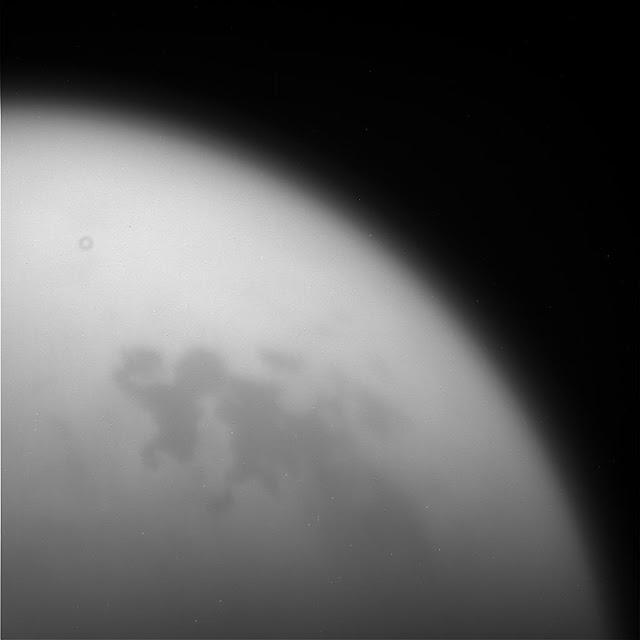Hình ảnh chụp thô vệ tinh Titan của Sao Thổ bởi tàu Cassini của NASA vào ngày 11 tháng 9 vừa qua, khi tàu vừa bay ngang qua vệ tinh này và bắt đầu đường bay cuối cùng để lao vào Sao Thổ. Hình ảnh: NASA/JPL-Caltech.