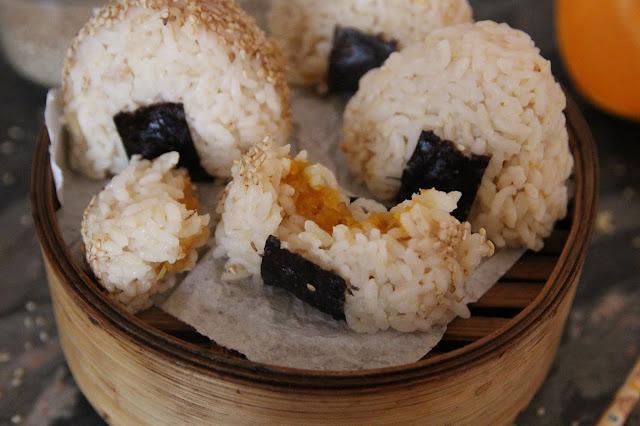 Cuillère et saladier : Onigiri courge-sésame-prunes ume