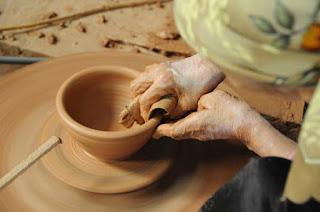 Sản phẩm gốm sứ Bát Tràng bán tại Hà Nội thường được làm từ đất cao lanh và đất trúc thôn