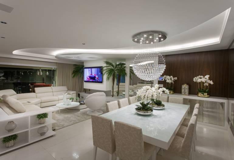 decoracao laca branca : decoracao laca branca:Sala de jantar com mesa em laca branca, cadeiras estofadas também em