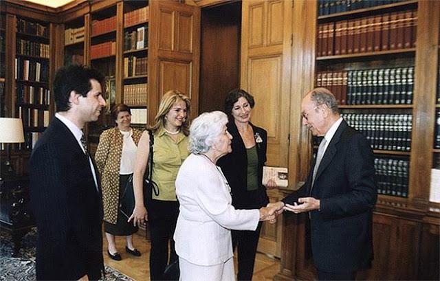 Ο Κωστής Στεφανόπουλος υποδέχεται τη Γιαγιά όλων των Ποντίων στο Προεδρικό Μέγαρο (2001)
