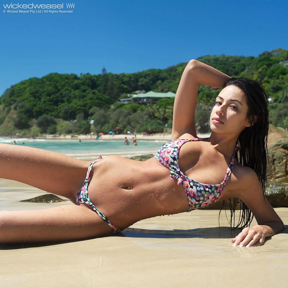 Linda morena na Praia