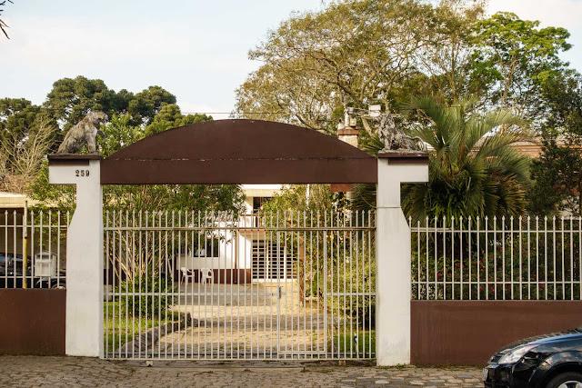 Dois portões muito bem guardados