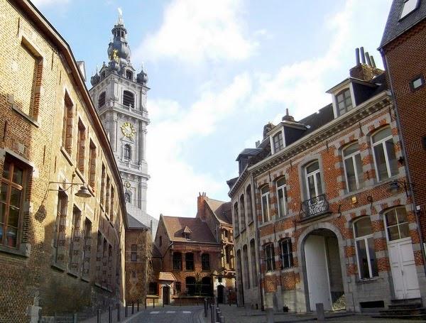 Calle de Mons con la Casa Española al fondo (Mons, Bélgica)