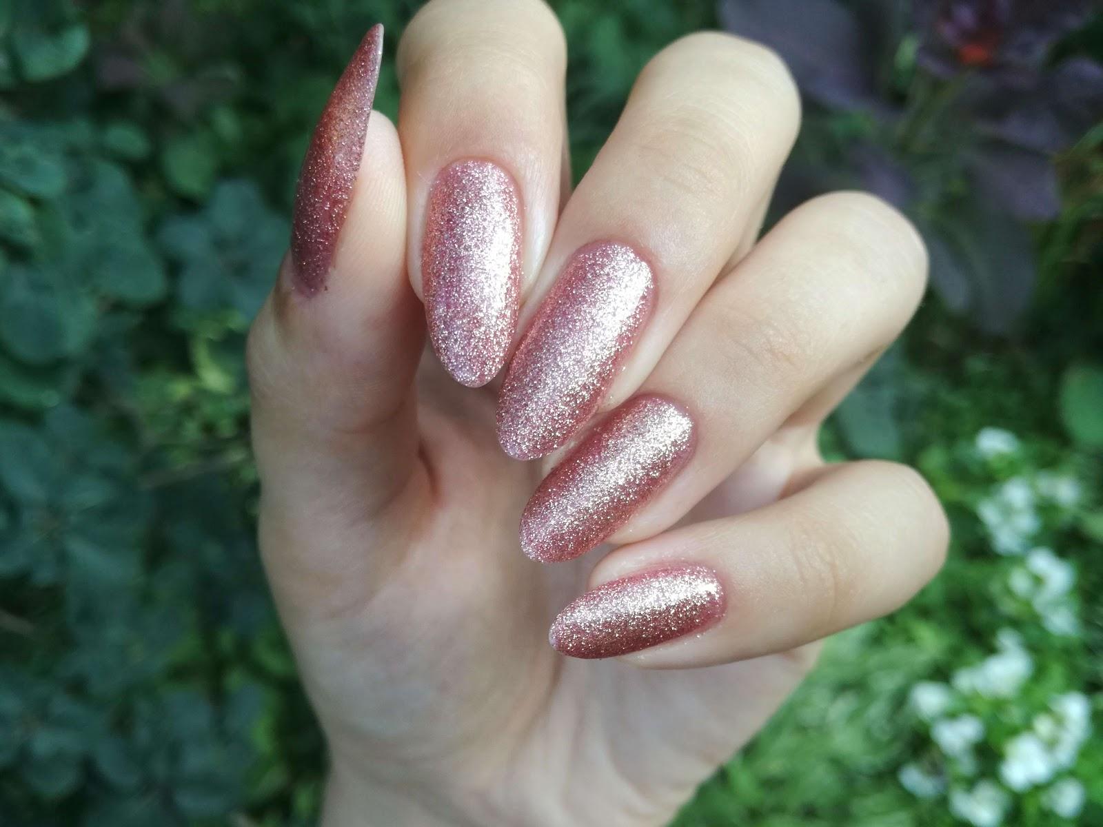 złotoróżowe paznokcie