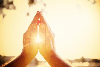 imagem de mãos juntas em oração