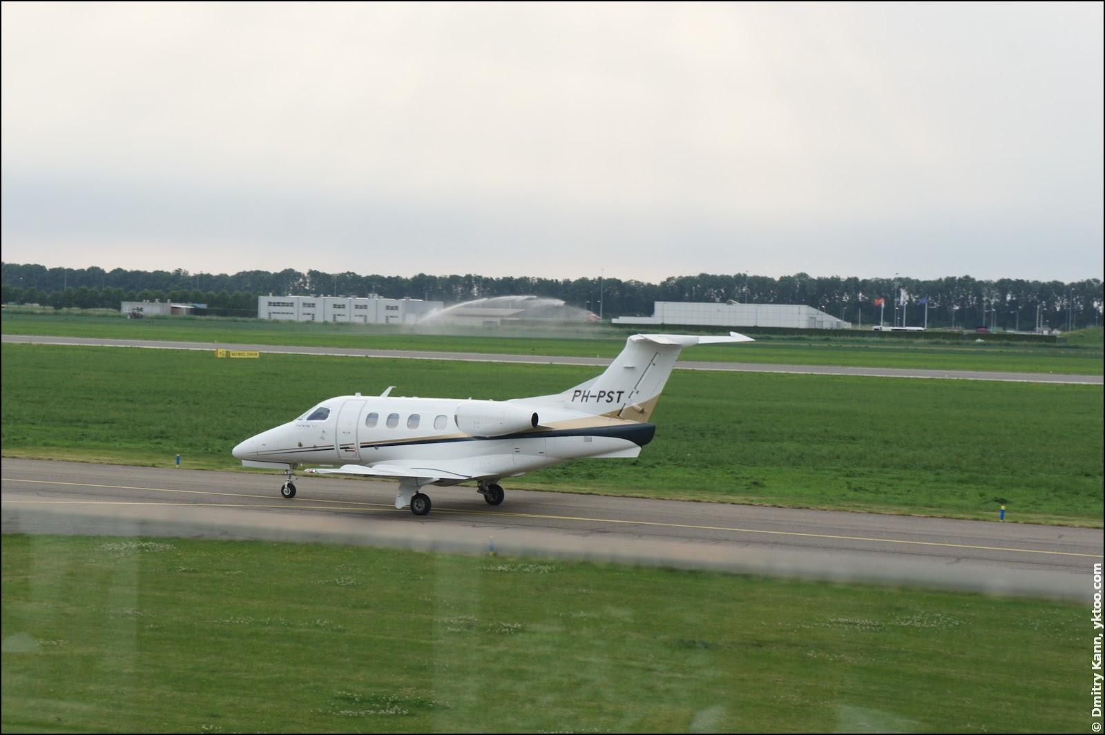 Embraer Phenom 100.