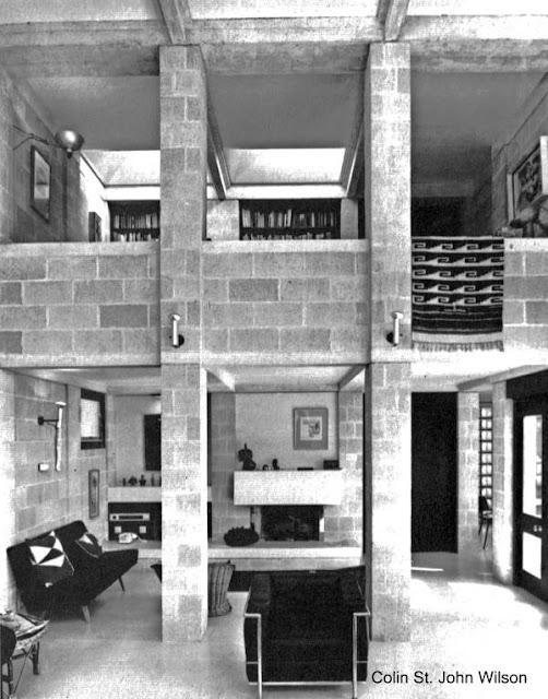 Sala de doble altura y bloques de concreto a la vista en casa brutalista inglesa 1962 - 64
