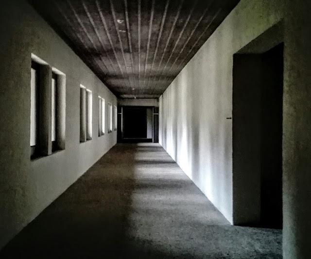 Geometrisch beeld van een gang uit een klooster