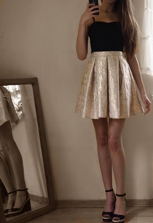 czarno złota sukienka, króka sukienka rozkloszowana