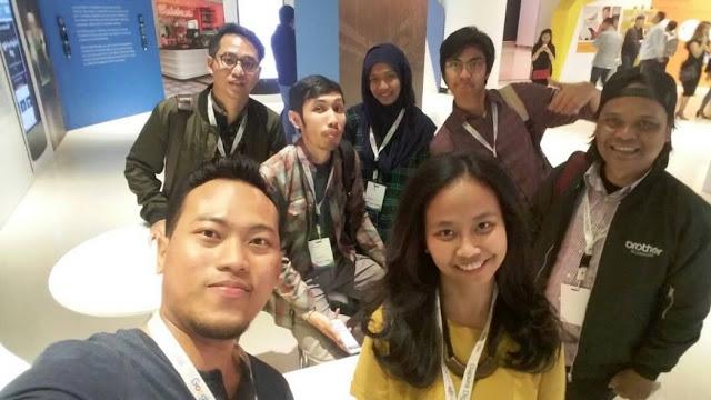 Swafoto lewat kamera ponsel kang Anggasa
