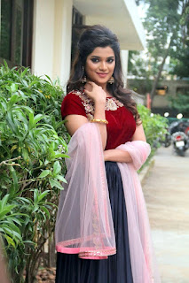 meesaya murukku movie actress aathmika (1)