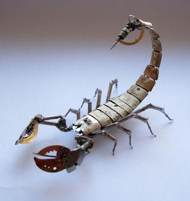 Escorpión robot estilo steampunk hecho con material reciclado