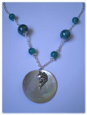 collier poisson argenté et perles turquoise