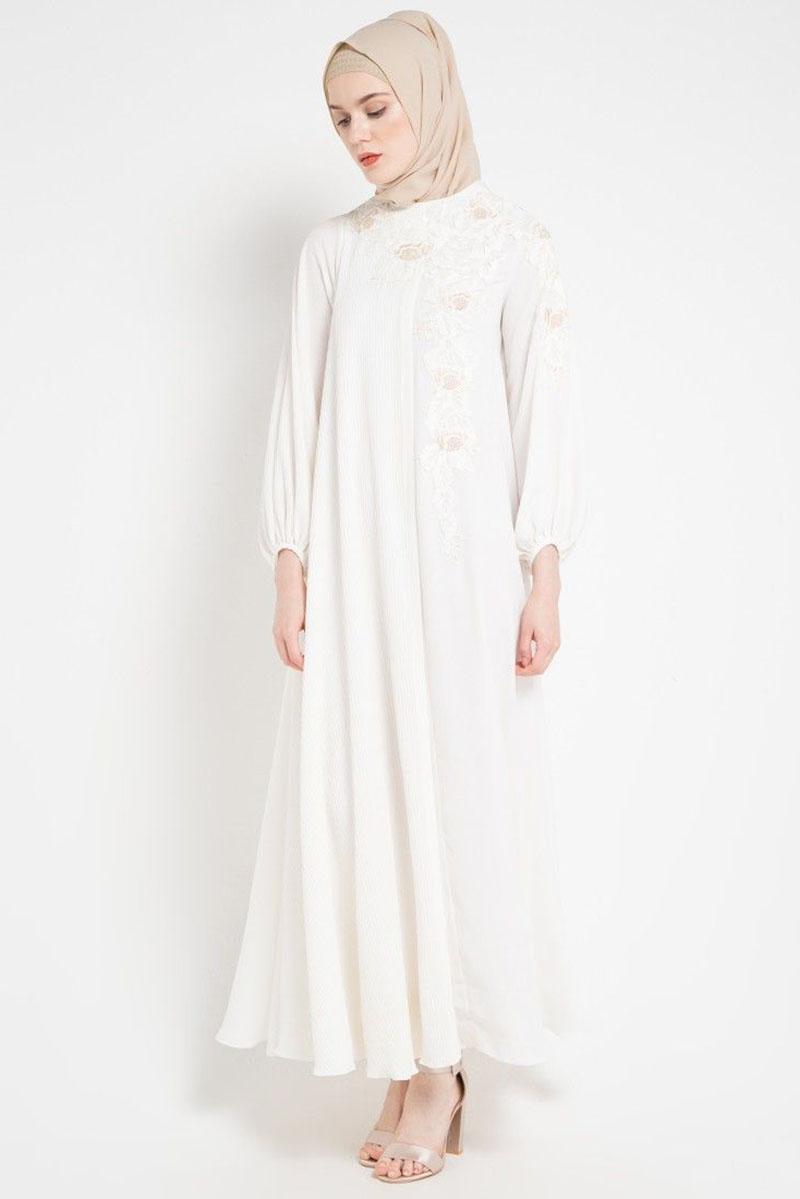 cewek manis dan imtu pakai Gamis PUtih dengan jilbab berwarna nude