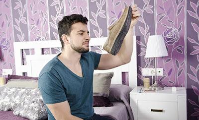 Έτσι θα απομακρύνετε τις οσμές γρήγορα και ανέξοδα με φυσικό τρόπο στα παπούτσια που μυρίζουν (ΒΙΝΤΕΟ