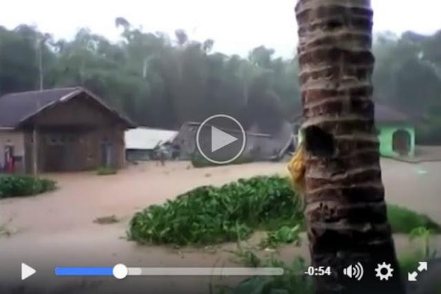 VIDEO: Detik-detik Banjir Garut, Wanita Nangis Lihat Rumahnya Roboh