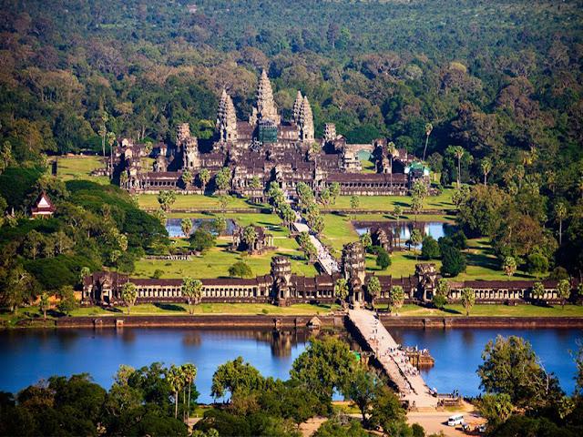Quần thể đền đài Angkor Wat nhìn từ trên cao