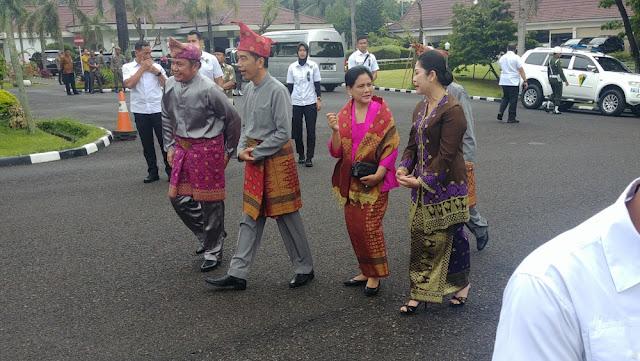 Jokowi Diberi Gelar 'Rajo Balaq Mangku Nagara', Iriana 'Ratu Indoman'