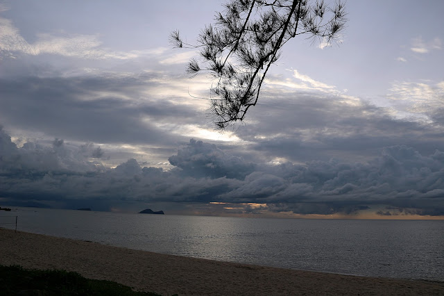Suasana Pantai di Damai Beach Resort