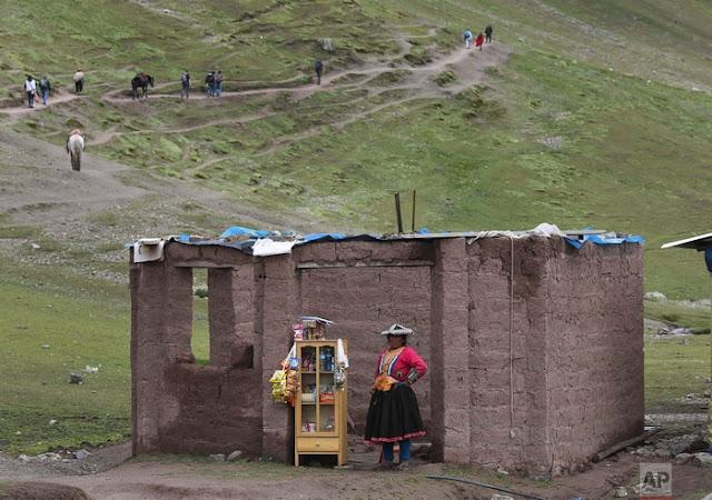 Cảnh quan choáng ngợp đầy sắc màu của núi Cầu Vồng ở Peru