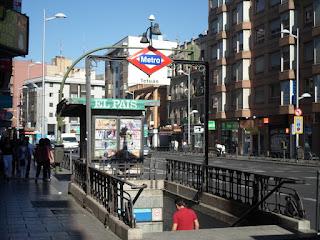 Entrada de Metro con el nombre de Tetuán, zona de numerosos comercios de todo tipo.