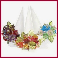 Anillos con flores de plástico
