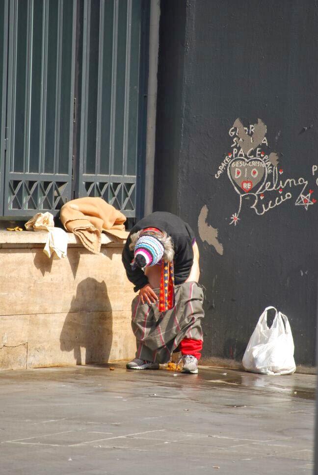 ROMA FA SCHIFO Fare la cacca pulirsi con una camicia dormire bivaccare a Piazza dei