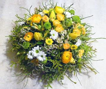 Tavaszi sárga fehér asztaldísz boglárkával, tulipánnal