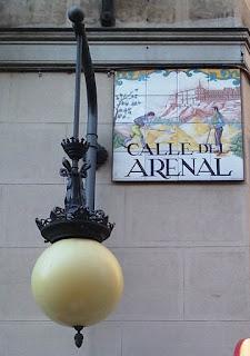 Esquina de la calle, con la placa ceramica de su nombre y un farol de estio antiguo adosados a la pared.