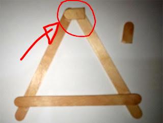 Pada bagian atas huruf A rekatkan potongan stik kecil di semua sisi