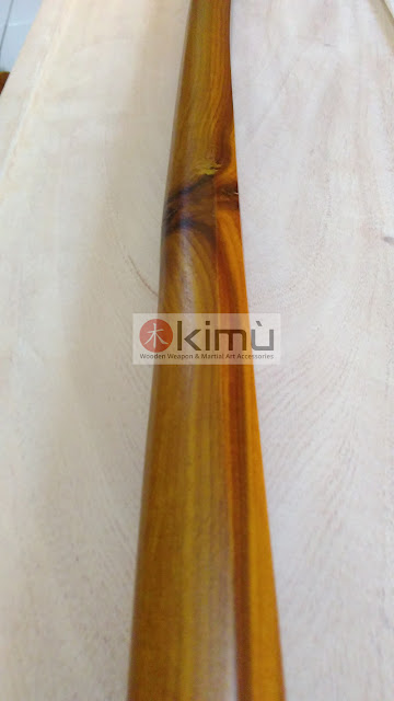 Bilah (nagasa) bokken atau pedang kayu sawo dengan mata kayu (tampak samping kanan)