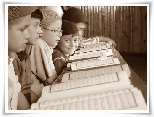 hafidz Quran Palestina tengah berusaha menghafal alquran