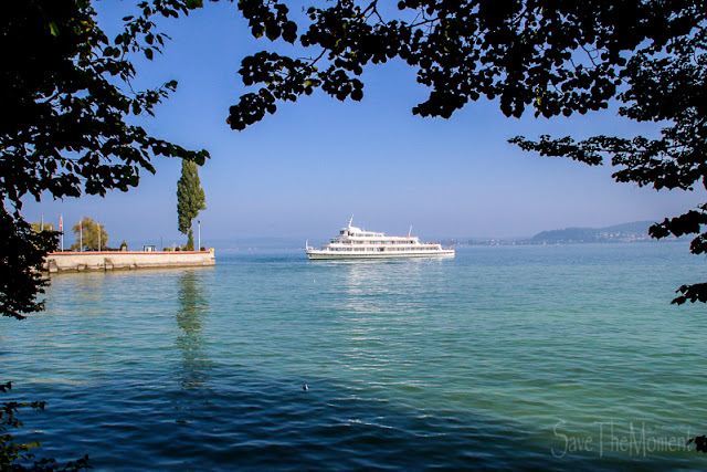 Fährschiff legt an der Insel Mainau an